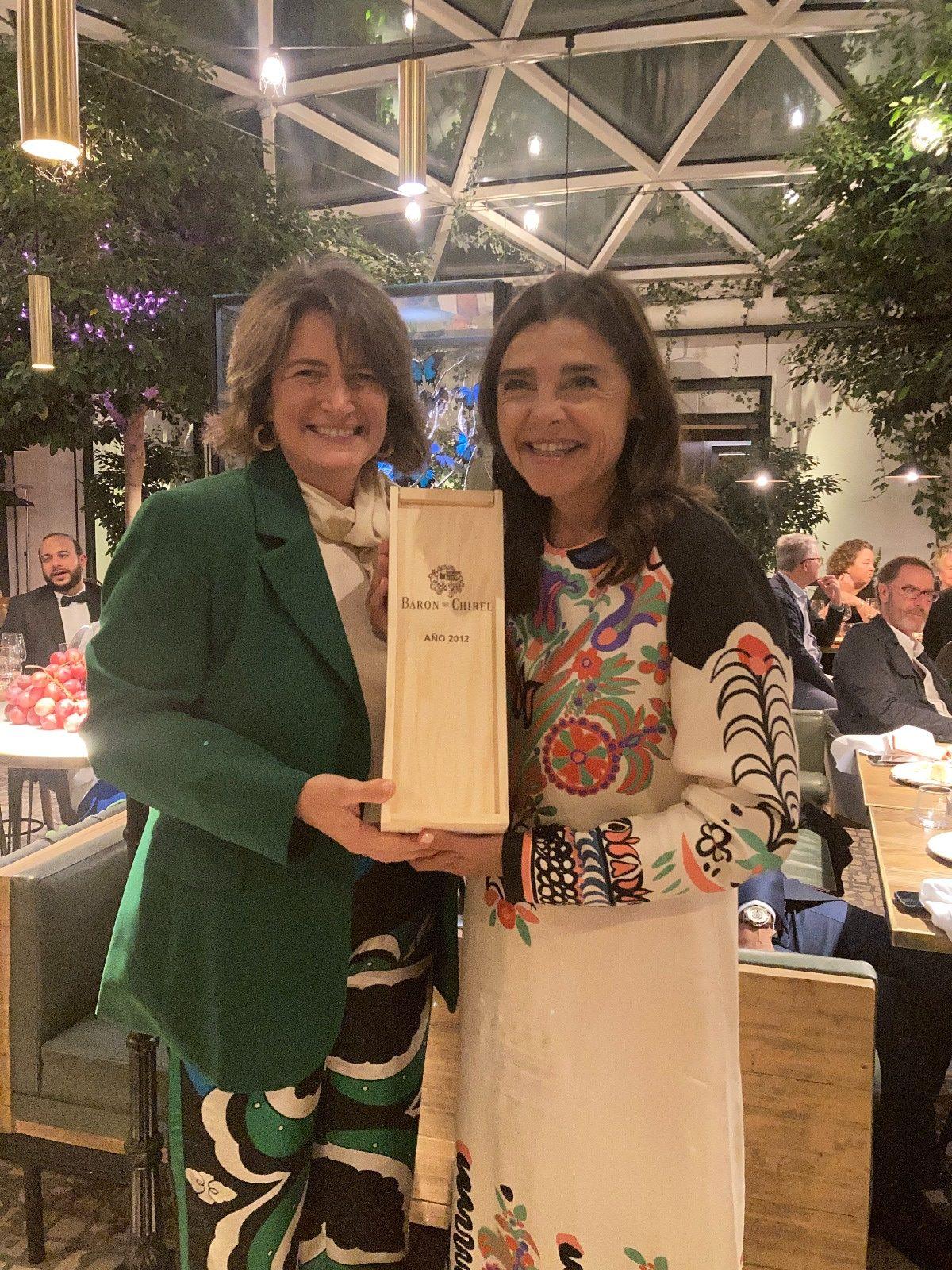 Verónica Fernández de Córdova entrega premio en la I Cena Raia Diplomática